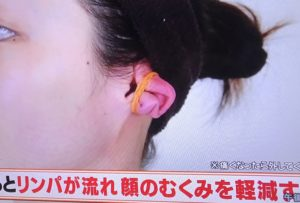 顔のむくみを軽減するには輪ゴムを使って